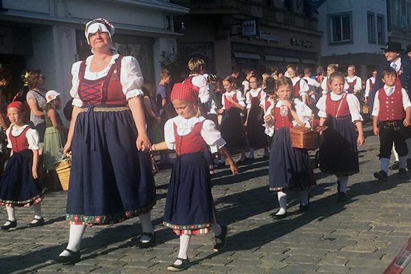 Townsfollk at the Gäuboden Festival in traditional clothing